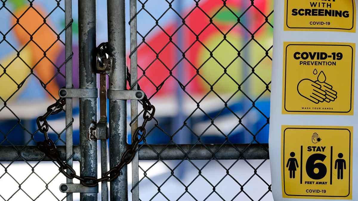 California da un paso atrás en su reapertura y cierra restaurantes y bares. En la foto, la reja de una escuela, cerrada, en un barrio de Los Ángeles.