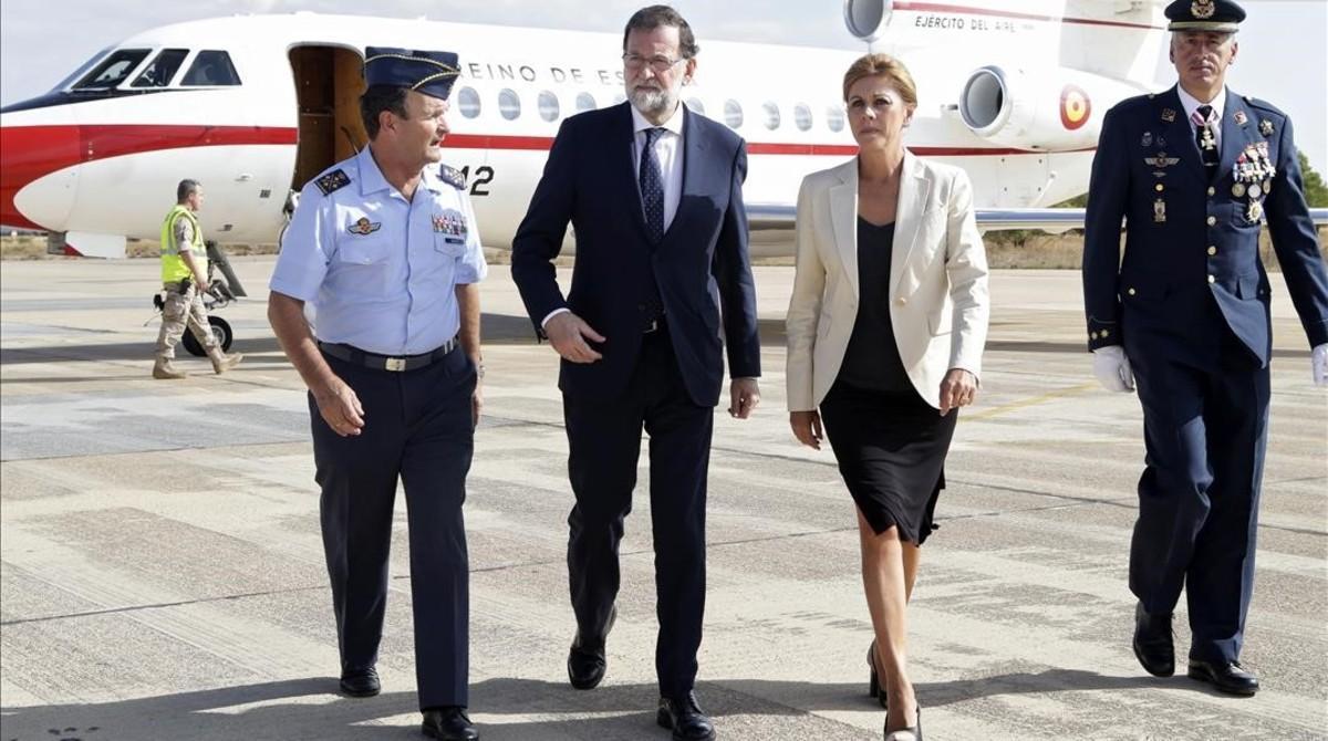 Mariano Rajoy y María Dolores de Cospedal llegan a la base de Los Llanos (Albacete) para conocer los detalles del accidente.