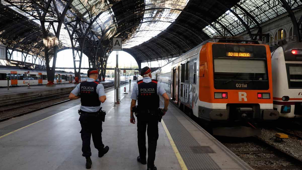 Dos agentes de los Mossos patrullan en la estación de França.