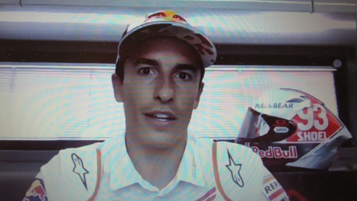 Marc Márquez (Honda), hoy, en Alemania, junto a su nuevo casco 'retro'.