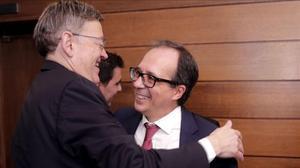 El president de la Generalitat Ximo Puig (izquierda) felicitia a Enrique Soriano tras su eleccion por el pleno de Les Corts como nuevo presidente del consejo rector de la futura Radiotelevision Valenciana RTVV.
