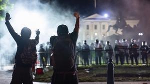 Fogueres enceses al costat de la Casa Blanca
