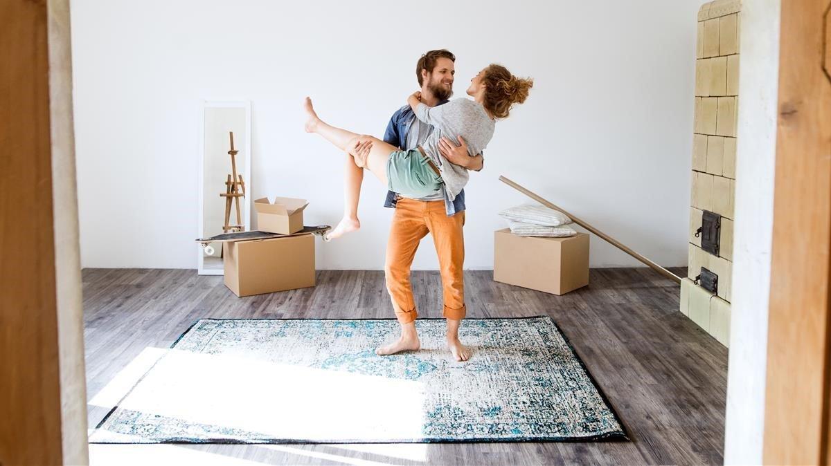 Una pareja en casa.