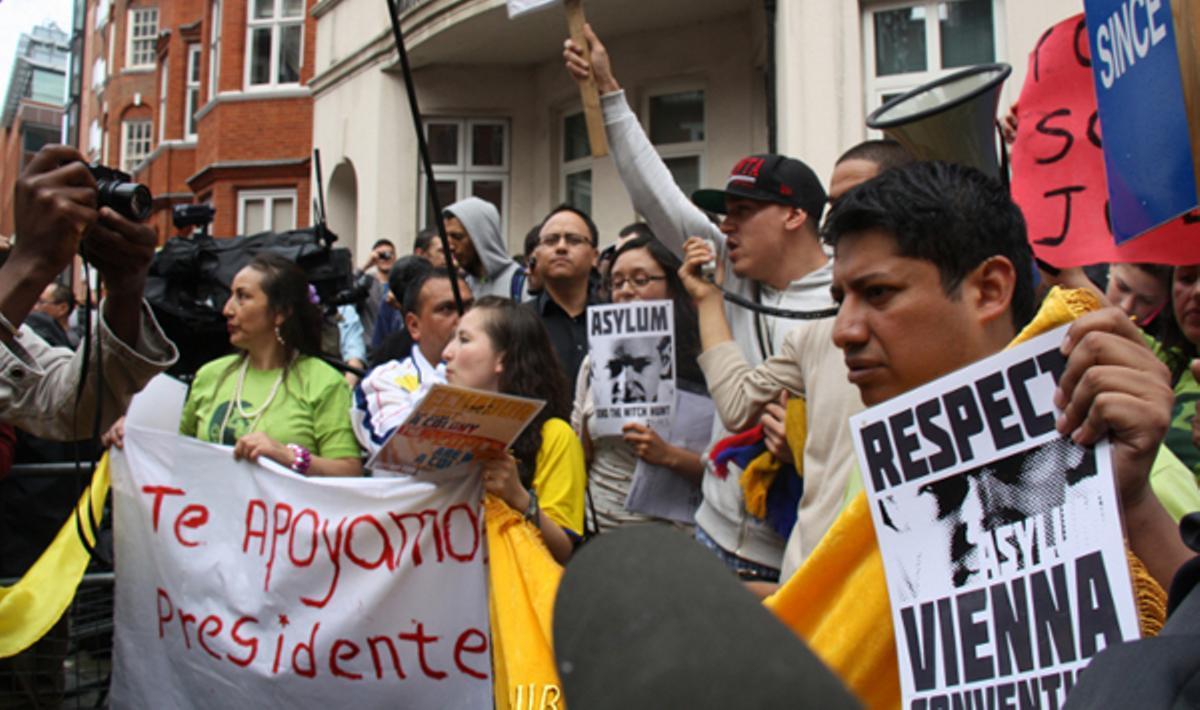 Seguidores de Assange se concentran frente a la embajada de Ecuador en Londres.