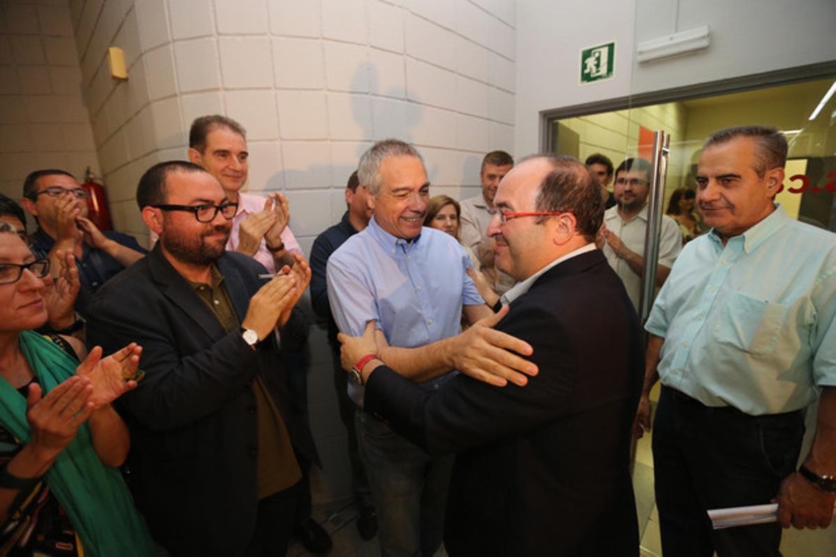 Pere Navarro felicita a Miquel Iceta ante el presidente del Consell Nacional, Celestino Corbacho (derecha).