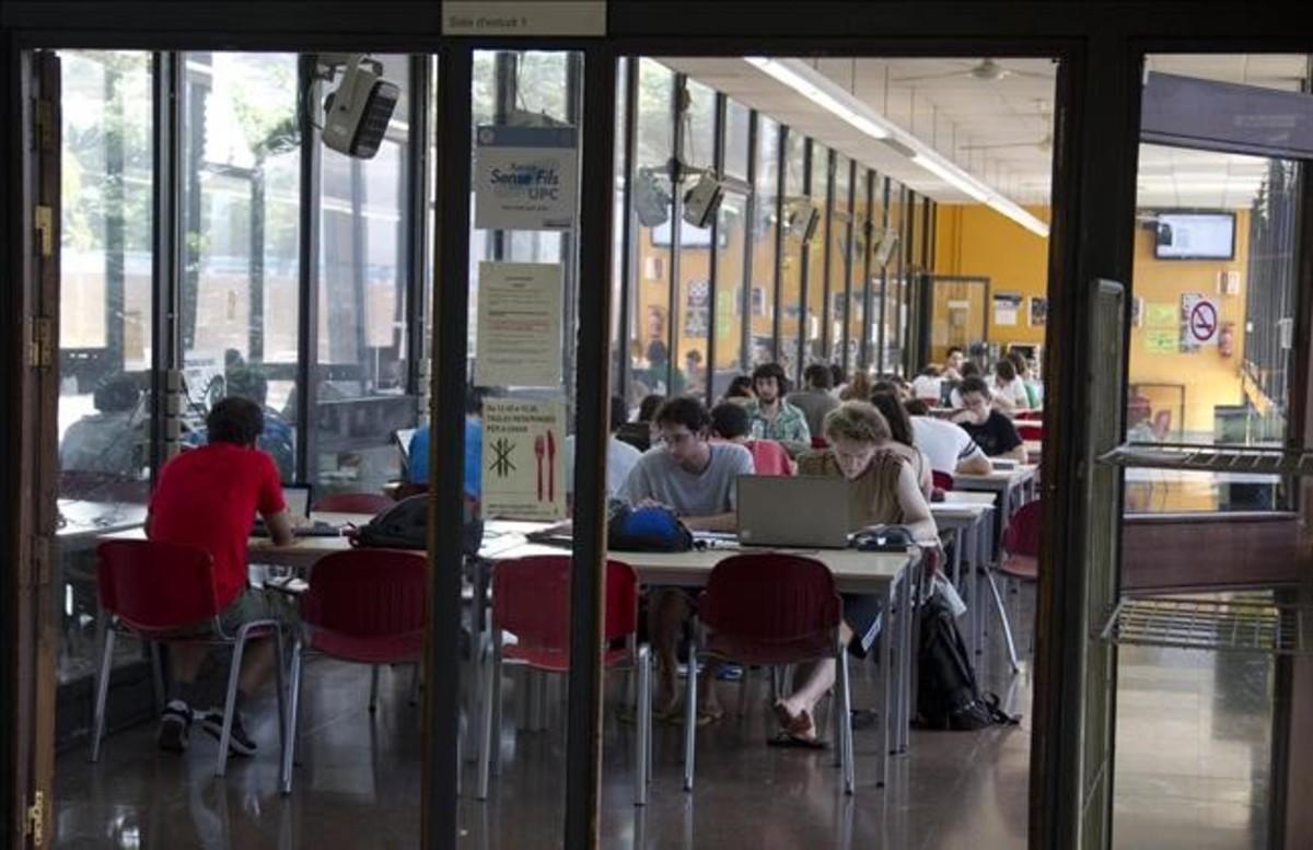 Estudiantes de la Universitat Politènica de catalunya (UPC) en una sala de estudio.