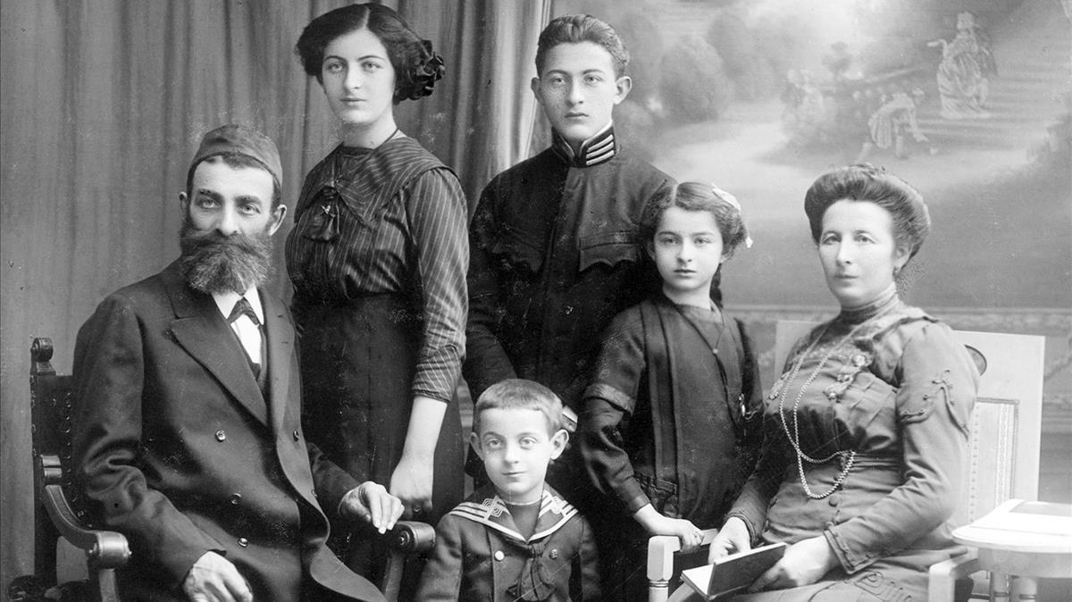 Leon, el abuelo de Philippe Sands, siendo aún un niño (sentado delante), con sus padres y hermanos, exterminados por los nazis, en Lemberg, en 1913.