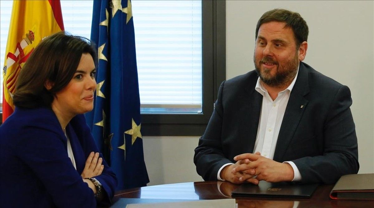 Soraya Sáenz de Santamaría y Oriol Junqueras, en abril, en la Moncloa.