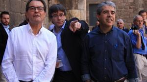 El 'president' Carles Puigdemont, junto al 'expresident' Artur Mas y Francesc Homs, candidato de CDC el 26-J, en el acto reciente del partido.