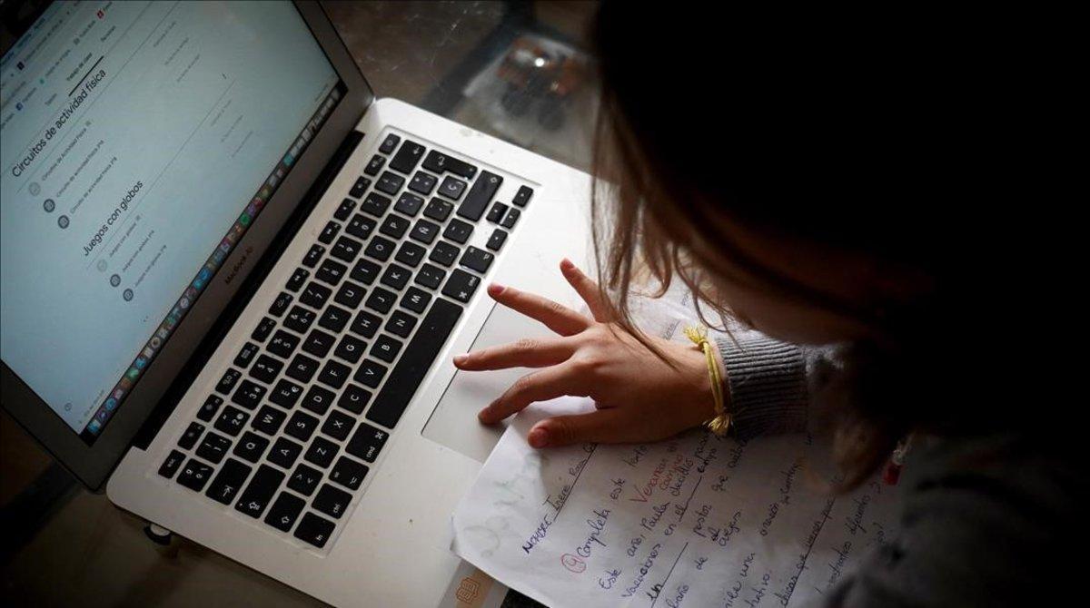 Una estudiante prepara sus clases 'online' en su casa de Madrid durante el confinamiento.