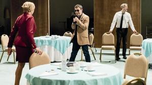 Anna Azcona, Julio Manrique y Xavi Ricart, en una escena de 'Don Joan', de la Sala Petita del TNC.