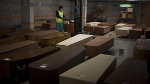 El aparcamiento del tanatorio de Collserola, convertido en morgue improvisada, en abril del 2020.