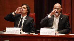 El secretario general de Exteriors, Aleix Villatoro, todavía en el cargo, y el 'conseller' de Exteriors cesado y encarcelado, Raül Romeva, en febrero del 2016 en la comisión del área en el Parlament.