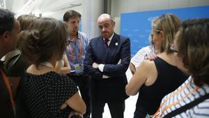 GRA096. HANGZHOU (CHINA), 04/09/2016.- El ministro español de Economía en funciones, Luis de Guindos, conversa con los periodistas, hoy en Hangzhou (China), donde acude a la cumbre del G20, que tiene como objetivo buscar acuerdos para revitalizar la economía mundial, frenar el cambio climático y discutir salidas al conflicto sirio. EFE/Juan Carlos Hidalgo