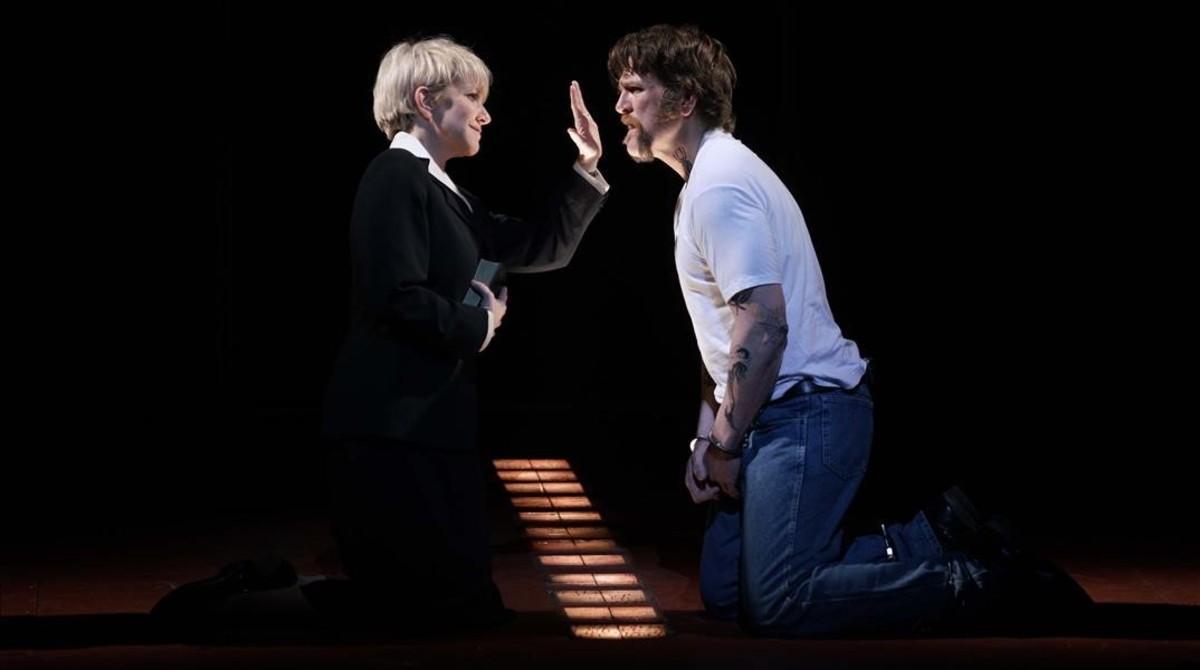 DiDonato (Hermana Helen Prejean) y Michael Mayes (Joseph De Rocher), en una escena de 'Dead man walking', en el Teatro Real.