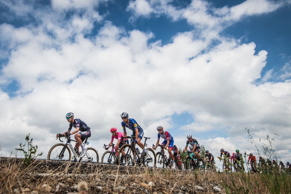 El pelotón de la Vuelta pedalea en el camino a Galicia.