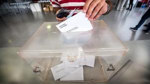 Un ciudadano deposita su voto.