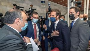 Pablo Casado y Teodoro Garcia Egea saludan a los diputados expulsados de Vox Francsico Carrera (izquierda) y Juan Jose Liarte, en Murcia.