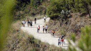 Usuaris del arc de Collserola passegen per la Carretera de les Aigües, el mes de setembre passat.