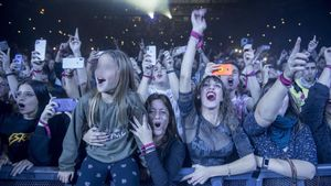 Fans de Estopa en la primera fila del con cierto del grupo en el Palau Sant Jordi, este sábado.