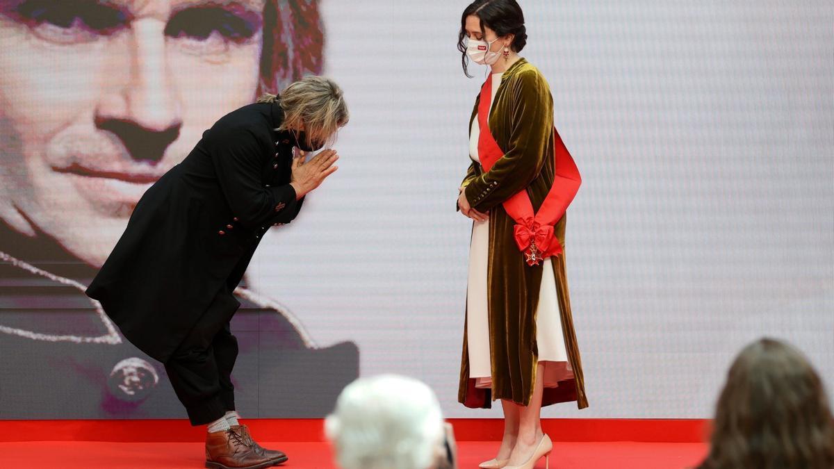 El músico Nacho Cano hace una reverencia a la presidenta de la Comunidad de Madrid Isabel Díaz Ayuso durante al acto de entrega de Medallas de la Comunidad de Madrid y Condecoraciones de la Orden del Dos de Mayo, el pasado día 2 en Madrid.