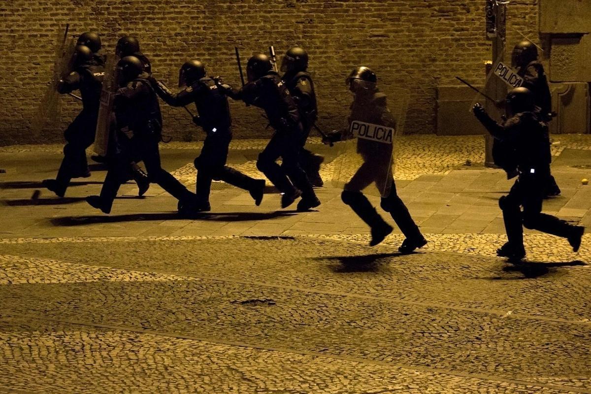 Disturbios en Lavapiés tras la muerte de un mantero: seis detenidos y diez policías heridos