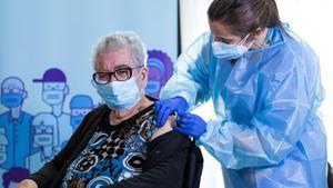 Josefa Pérez, de 89 años,  la primera persona vacunada en Catalunya.