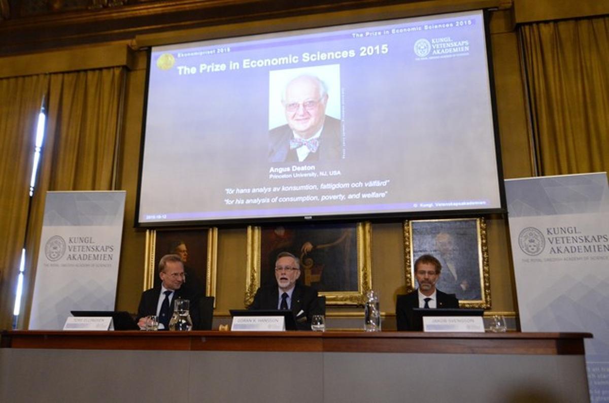 La Academia Sueca de las Ciencias anunciando el Nobel de Economía para Angus Deaton.