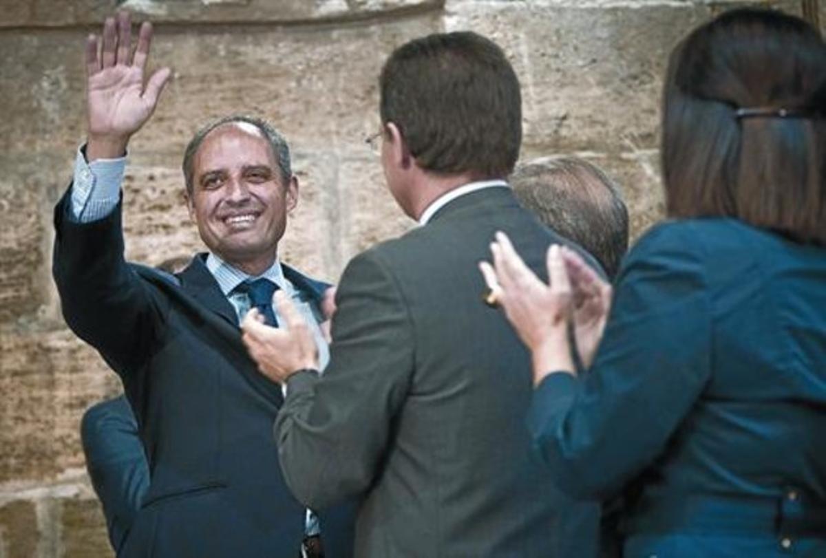Francisco Camps es ovacionado por sus colaboradores después de anunciar su dimisión.