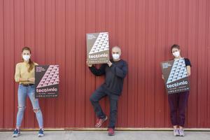 Los responsables de tres de los festivales posan con el cartel del nuevo certamen.