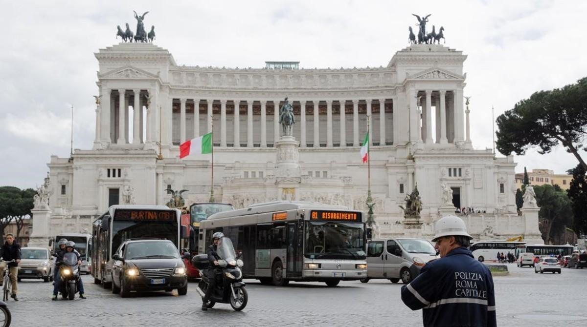 Un policía municipal dirige el tráfico en la plaza de Venecia de Roma.