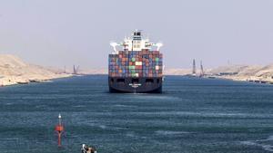 Un buque navega por el Canal de Suez, en una imagen de archivo.