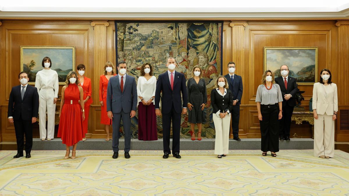 El rey Felipe VI y el presidente del Ejecutivo, Pedro Sánchez, posan para la foto de familia tras el acto de toma de posesión de los nuevos miembros del equipo de Gobierno en un acto celebrado este lunes en el Palacio de La Zarzuela.