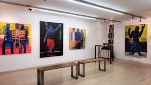 Instalación 'Police brutality', en la galería Out Of Africa Gallery, de Sitges, que por primera vez en la Barcelona Gallery Weekend