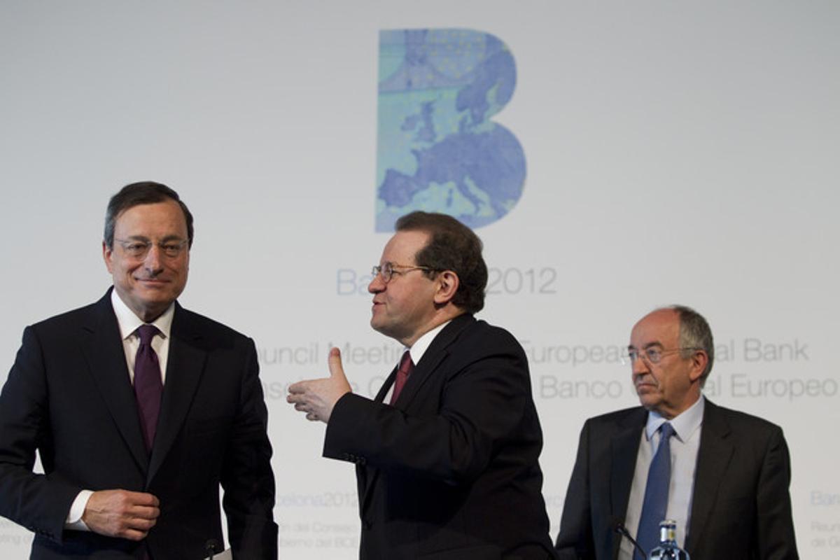 El presidente del Banco Central Europeo (BCE), Mario Draghi, el vicepresidente de la entidad, Vítor Constâncio, y el presidente del Banco de España, Miguel Ángel Fernández Ordóñez, tras la reunión del consejo de gobierno del BCE en Barcelona.