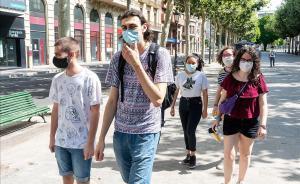 Un grupo de jóvenes con mascarilla en la rambla de Ferran, en Lleida.