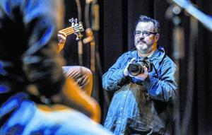 Xavier Mercadé, con su inseparable cámara durante un concierto en el Born, el pasado viernes.
