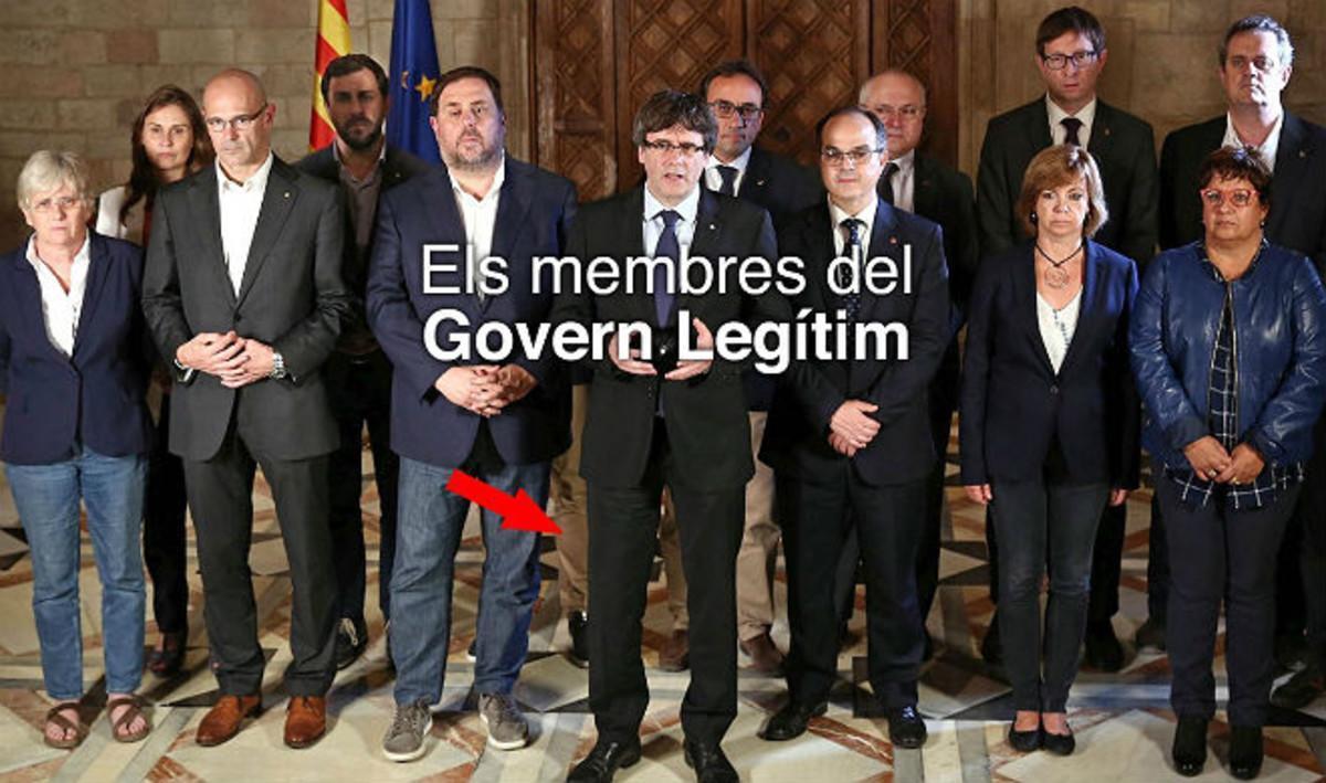 La nueva imagen que ha distribuido el Govern cesado. Se ha eliminado a Santi Vila pero Photoshop olvidó borrar su pierna.