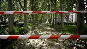 Un parque madrileño cerrado durante el estado de alarma derivado de la crisis del covid-19
