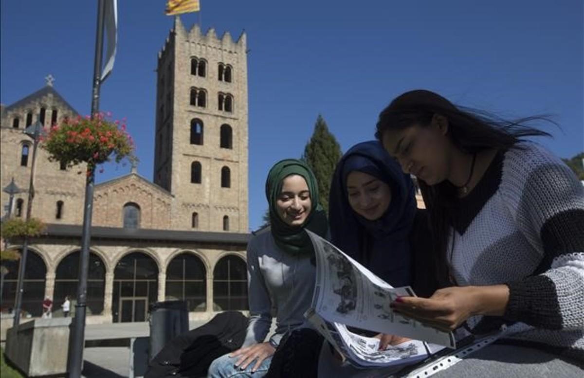 Sania (con velo verde), estudiante del instituto Abat Oliba,junto a sus amigas Erashna e Indier, el pasado lunes en Ripoll.