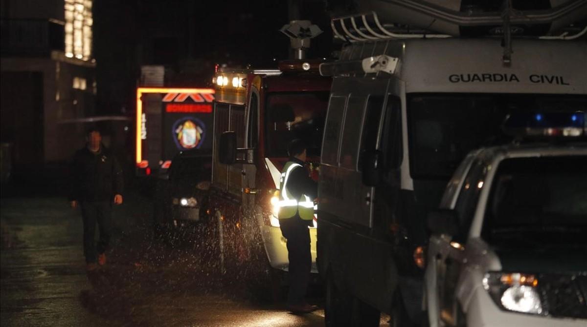 Vehículos policialescustudian la nave en la que han hallado el cuerpo.