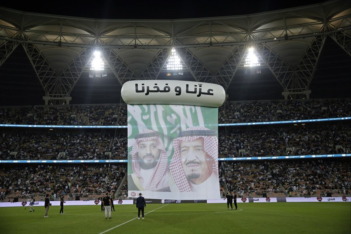 Homenaje a la monarquía saudí, antes del inicio de la semifinal entre el Madrid y el Valencia.