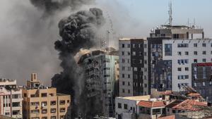 Una columna de humo asciende de la torre de prensa bombardeada en Gaza.