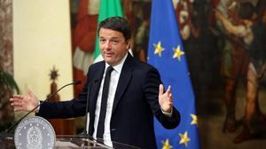 Renzi anuncia compungido su dimisión tras los resultados del referéndum, en el Palazzo Chigi, en Roma, en la madrugada de este lunes.