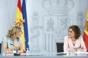 La portavoz del Gobierno, María Jesús Montero, con la vicepresidenta tercera, Yolanda Díaz, este 27 de mayo tras el Consejo de Ministros, en la Moncloa.