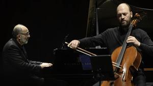 El violonchelista Arnau Tomàs y el pianistaKennedy Morettien un momento del Maratón Beethoven.
