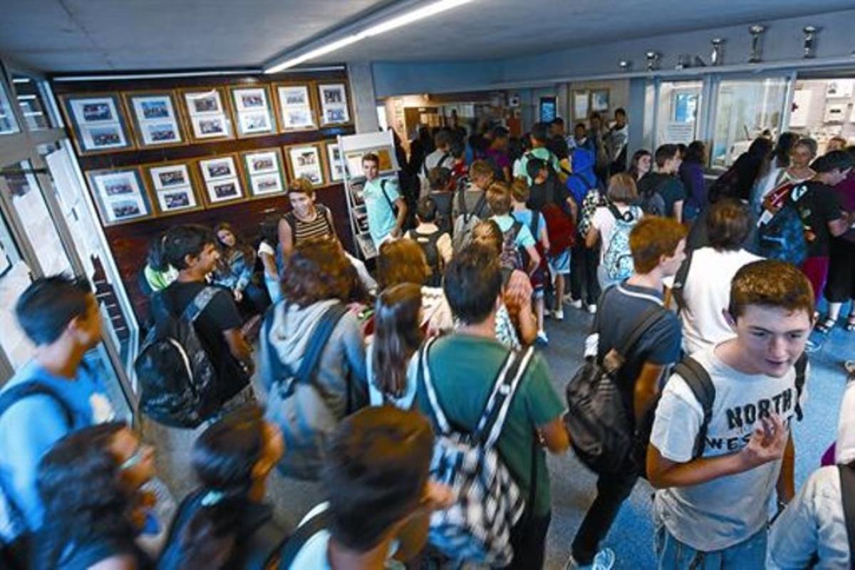 Estudiantes en el vestíbulo del instituto Vil·la Romana de La Garriga (Vallès Oriental), ayer, en el primer día de curso de secundaria.
