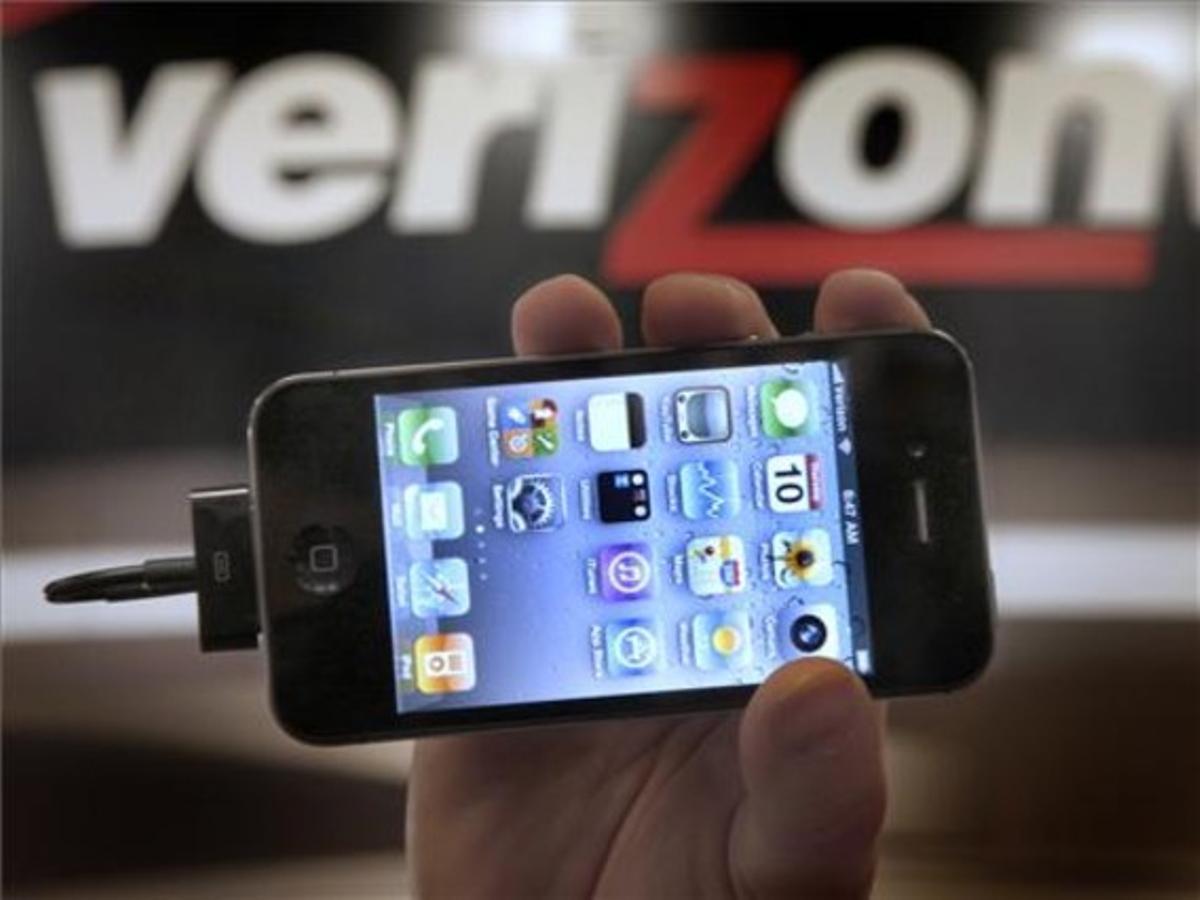Un responsable de Verizon muestra un iPhone 4G.