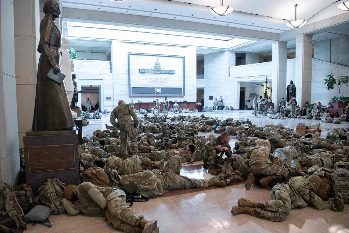 Guardias nacionales estadounidenses durmiendo en el suelo del Capitolio tras el asalto