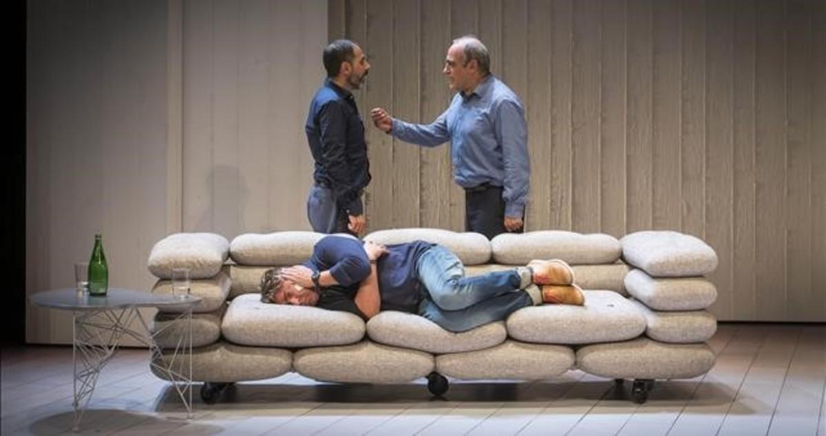 Lluiís Villanueva y Francesc Orella, de pie, y Pere Arquillué, tumbado en el sofá, en una escena de 'Art'.